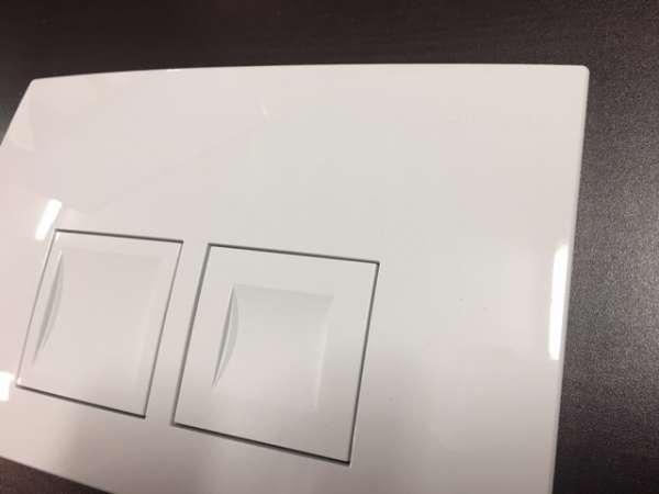 Realne zdjęcie przycisku spłukującego Geberit Delta 50 115135111 wykonanego z tworzywa w wersji białej.-image_Geberit_115.135.11.1_5