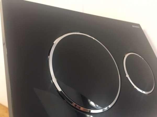 Fajny i wyjatkowy przycisk spłukujacy Geberit Sigma20 w wersji czarny połysk z chromowanym akcentem 115882km1 -image_Geberit_115.882.KM.1_5