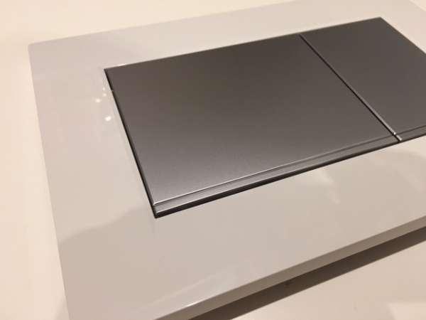 Zoom przycisku spłukującego Sigma30 w wersji biały połysk z klawiszami spłukującymi w chromie matowym.-image_Geberit_115.883.KL.1_6