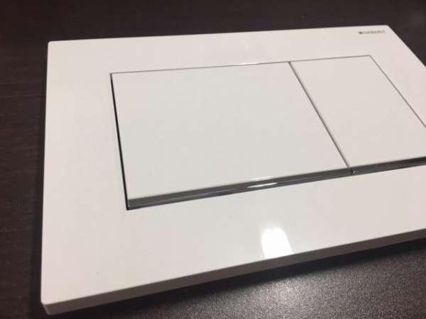 Rzeczywiste zdjęcie przycisku spłukującego Geberit Sigma30 w wersji biały/chrom połysk.-image_Geberit_115.883.KJ.1_3