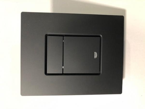 Pionowy przycisk do wc Grohe Skate Cosmopolitan czarny mat -image_Grohe_38732KF0_2