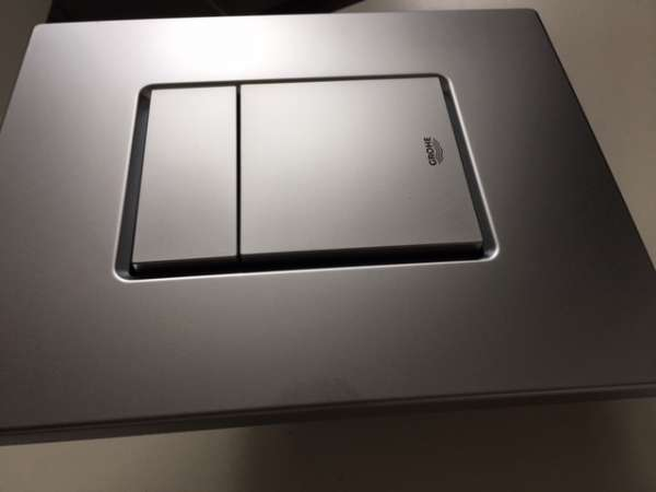 Plastikowy kwadratowy przycisk spłukujący Grohe Skate Cosmopolitan 38732P00 w wersji chrom matowy.-image_Grohe_38732P00_5