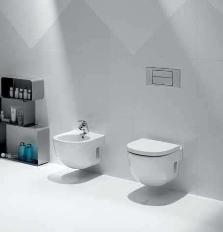 Aranżacja ceramiki łazienkowej Roca meridian - długa wisząca wc A346247000 i bidet podwieszany w jednej łazience.-image_Roca_A346247000_3