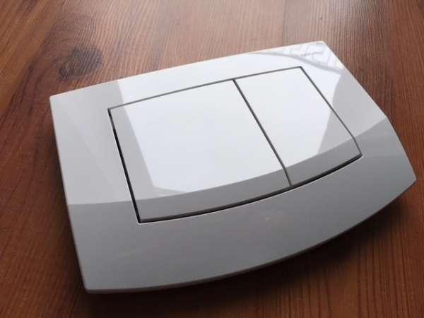 Widok w realu przycisku uruchamiającego spłukiwanie w spłuczkach firmy Tece - Ambia w wersji białej antybakteryjnej 9240240.-image_Tece_9.240.240_5