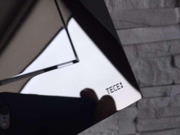 Zbliżenie w realu plastikowej klapki uruchamiającej spłukiwanie w stelażach marki Tece - seria TeceNow chrom połysk 9240401-image_Tece_9.240.401_3