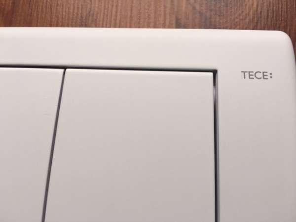 Płytka uruchamiająca spłukiwanie w spłuczkach podtynkowych marki Tece - przycisk Tece Planus w wersji biały mat 9.240.322.-image_Tece_9.240.322_3