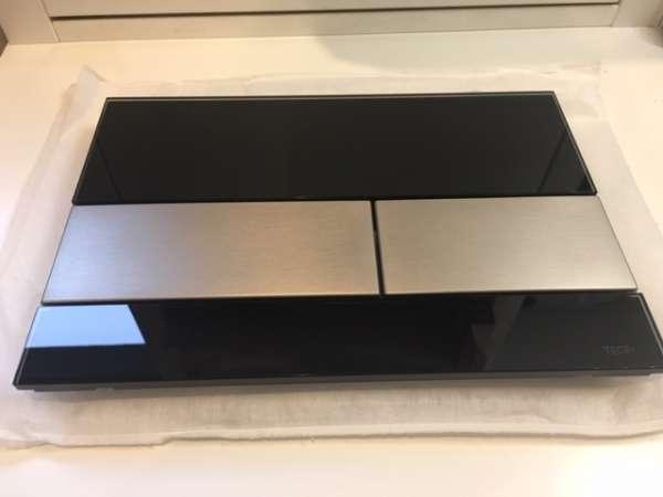 Zdjęcie w realu przycisku spłukującego Tece Square 9.240.806 - czarne szkło z przyciskami stalowymi do wc.-image_Tece_9.240.806_3