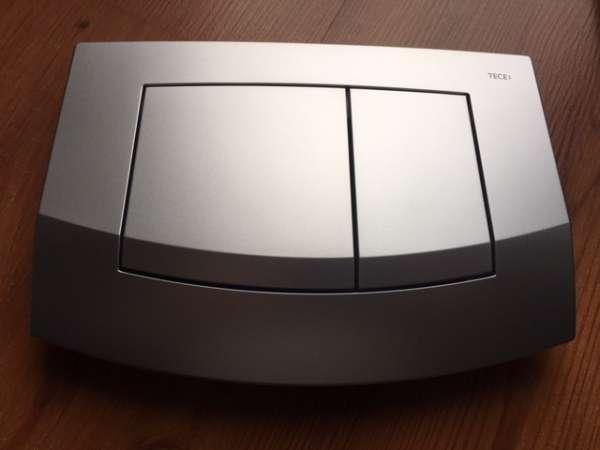 Plastikowy przycisk spłukujący Tece Ambia 9.240.225 w wersji chrom matowy - dedykowany tylko i wyłącznie do spłuczek podtynkowych marki Tece.-image_Tece_9.240.225_1