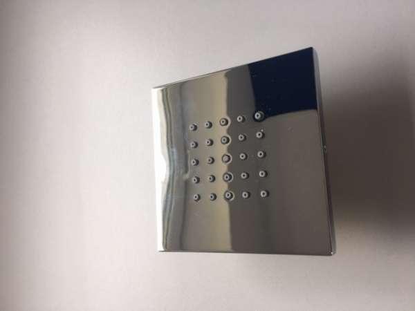 Metalowa dysza boczna do kabin prysznicowych z rozbudowanym systemem podtynkowym.